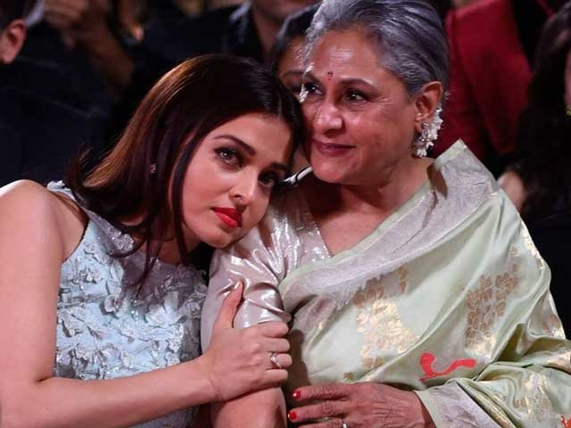 Emotional Picture of Jia Bachchan and Aishwariya Rai gone Vi
