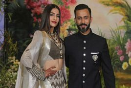 Sonam Kapoor Dance with Husband Anand Ahuja at Her Mehndi Ce