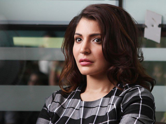 Anushka Sharma Taught Lesson to Person Throwing Garbage on R